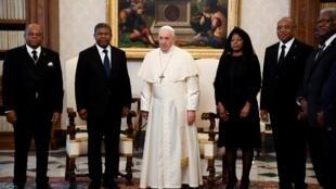 Delegação angolana encabeçada pelo presidente João Lourenço recebida em audiência no Vaticano pelo Papa Francisco a 12 de Novembro de 2019.