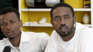 El somalí Isman Mowlid y el etíope Mahmud Muaz, sobrevivientes del naufragio, durante una conferencia de prensa en Atenas, este 21 de abril de 2016.