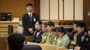 O capitão Lee Joon-Seok (de óculos) durante o julgamento.