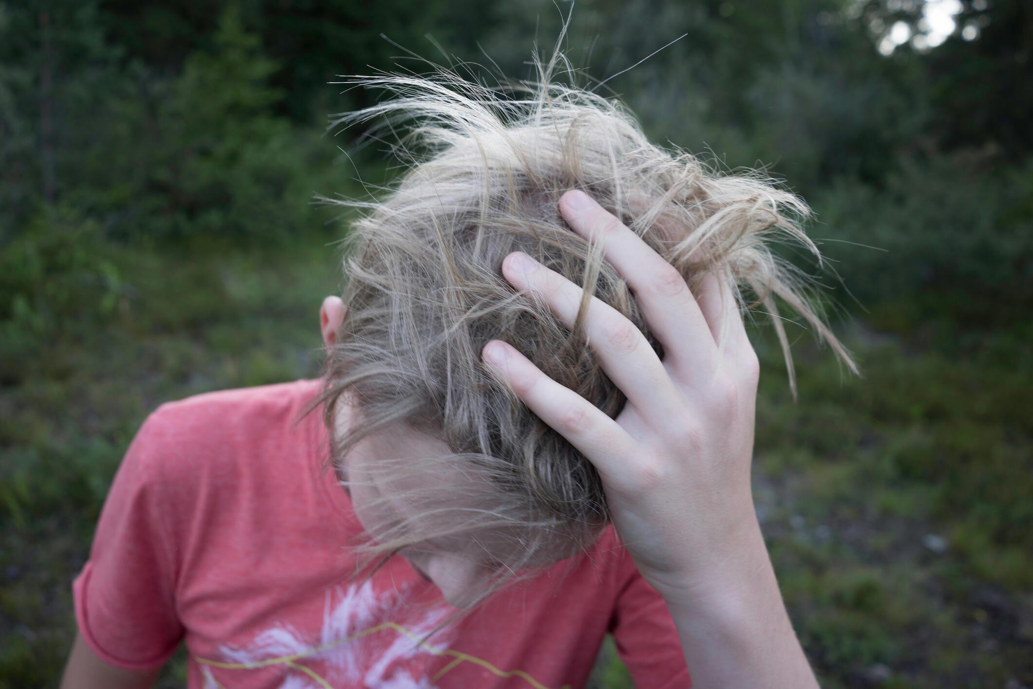"""Báo """"60 triệu người tiêu thụ/60 millions de consommateurs"""" công bố một nghiên cứu gây chấn động về chất độc gây rối loạn nội tiết, tìm thấy trên tóc trẻ em"""