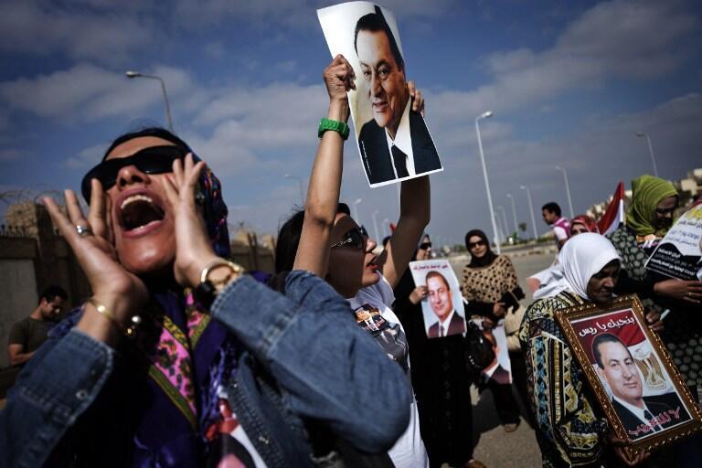 Des partisans de Hosni Moubarak manifestent leur soutien à l'ancien président le jour de l'ouverture de son deuxième procès, samedi 13 avril 2013 au Caire.