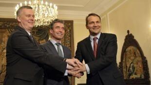 Tổng thư ký NATO Anders Fogh Rasmussen (giữa) với Bộ trưởng Quốc phòng và Ngoại trưởng Ba Lan tại Vacsava ngày 07/05/2014.