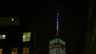 Na noite de sexta-feira, o World Trade Center, em Nova York, exibiu as cores da bandeira francesa em homenagem às vítimas dos atentados.