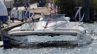 Energy Observer, le premier bateau qui produit son propre hydrogène grâce à l'eau de mer, sur la Seine, le 6 juillet 2017.