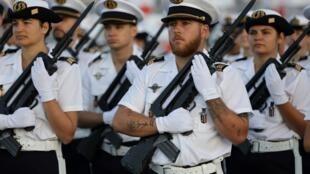 Национальный праздник Франции 14 июля в этот раз отметят без военного парада. Торжественная церемония будет закрыта для публики. Репетиция на площади Согласия 12 июня 2020.