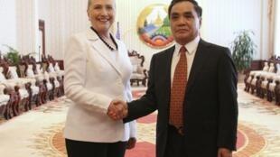 A secretária de Estado americana, Hillary Clinton, e o premiê do Laos, Thongsing Thammavong, durante encontro desta quarta-feira.