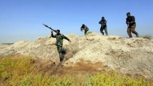 Combatentes xiitas leais ao clérigo Moqtada al-Sadr fazem treinamento para lutar contra os jihadistas do Estado Islâmico.