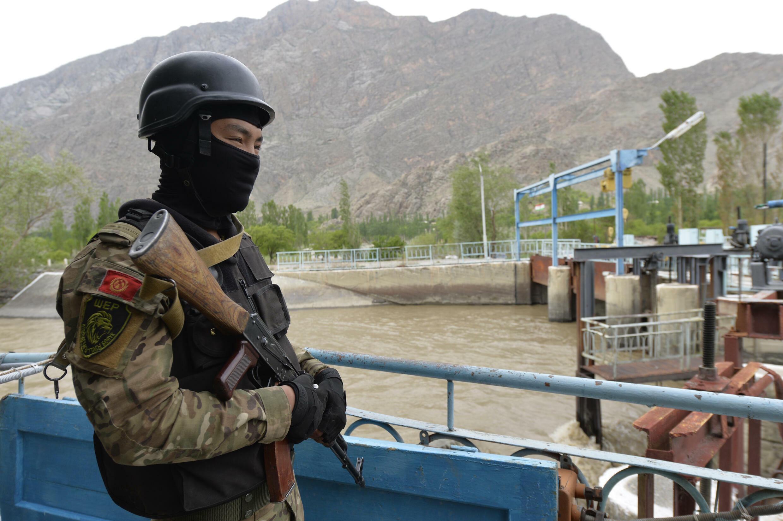 """Кыргызские военные возле водораспределительного пункта """"Головной"""". Баткенская область Кыргызстана, 5 мая 2021 г."""