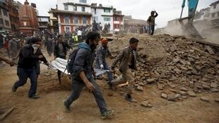 尼泊尔民众展开震后救援。