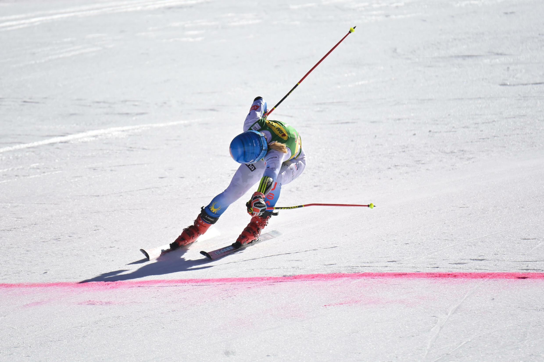 L'Américaine Mikaela Shiffrin franchit la ligne d'arrivée de la 2e manche du slalom géant de Coupe du monde de Sölden, en Autriche, le 23 octobre 2021