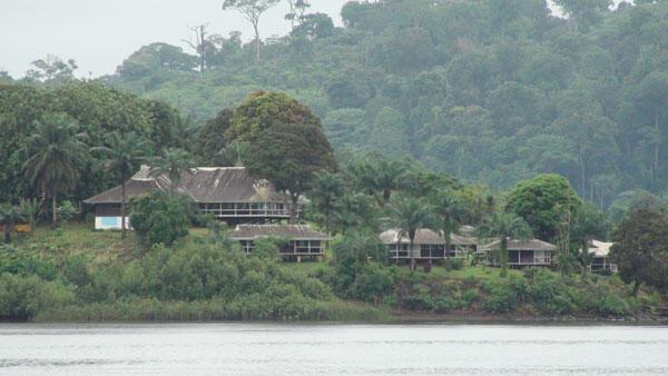 Pendant ses 5 ans d'incarcération à Mayumba, Cheikh Ahmadou Bamba avait le droit de descendre de la mission catholique au sommet d'une montagne vers le fleuve Banio pour ses ablutions. Un hôtel de luxe a été érigé sur ce chemin...