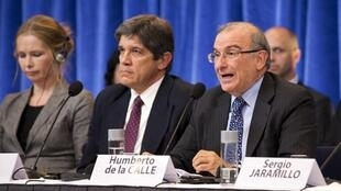 Le représentant du gouvernement colombie Humberto de la Calle (D) près d'Oslo le 18 octobre 2012.