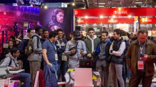 Sur le stand Africa Corner, le public assiste à une démonstration d'un jeu en réalité virtuelle, le 30 octobre 2019 à la Paris Games Week, porte de Versailles.