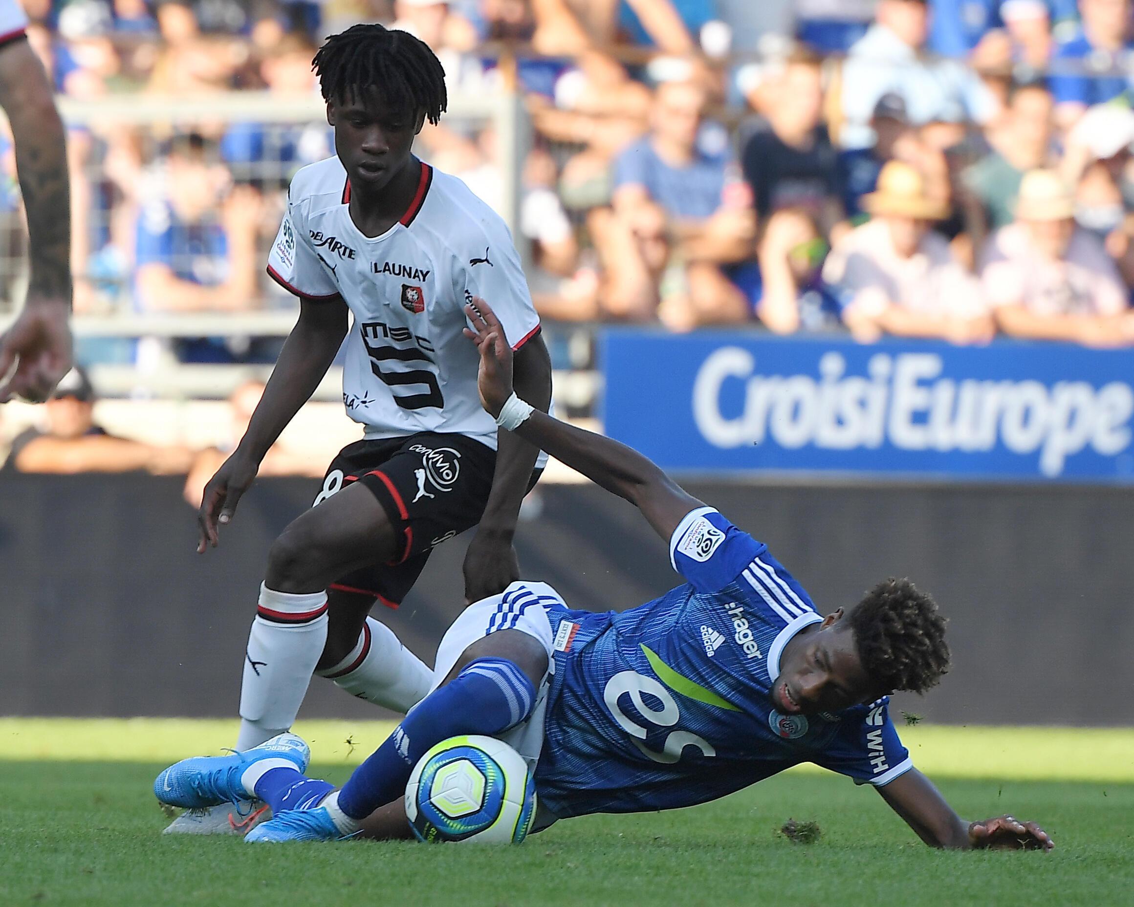 Eduardo Camavinga (esquerda), médio angolano do Rennes, venceu o Estrasburgo do internacional cabo-verdiano, Nuno Da Costa (direita), por 0-2.