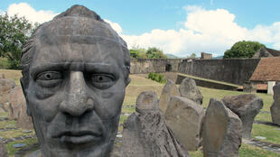 Le Fort Delgrès de Basse Terre rend hommage à Louis Delgrès, héros de la résistance contre le rétablissement de l'esclavage en 1802. Ce fort est situé sur la Route de l'Esclave, itinéraire touristique et mémoriel à travers tout l'archipel.