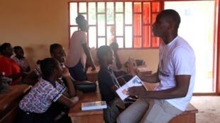 Landry Ouoko, fondateur et directeur général des Éditions Oubangui, anime une «rencontre littéraire» à l'école catholique Poullart des Places, à Bangui, le 25 mai 2019.