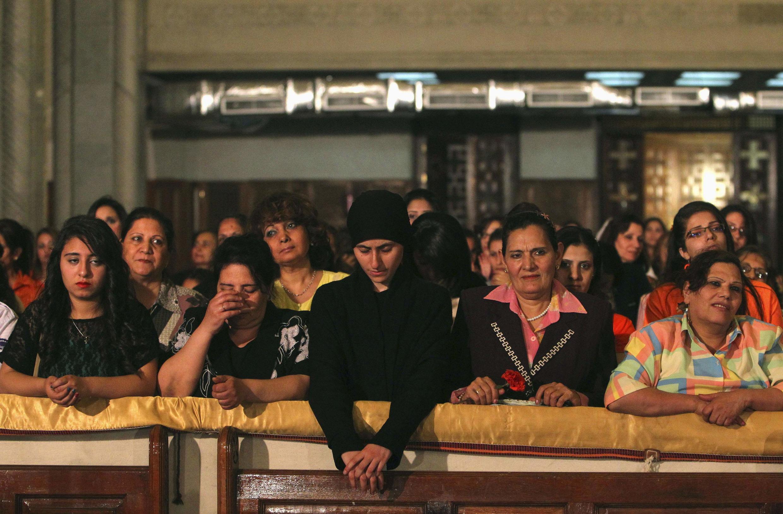 Des coptes chrétiens pendant la messe de Pâques, cathédrale du Caire, le 4 mai 2013.