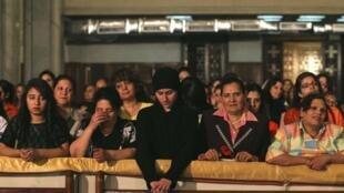 Des coptes chrétiens dans la principale cathédrale du Caire, pour la messe de Pâques, le 4 mai 2013.