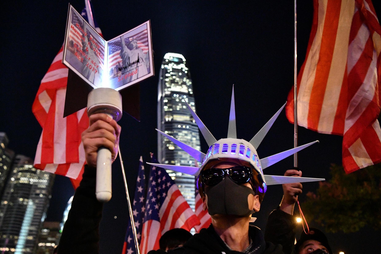 Một người Hồng Kông giả trang thành tượng Nữ Thần Tự Do nhân một cuộc tập hợp tại quảng trường Edinburgh, Hồng Kông ngày 28/11/2019.