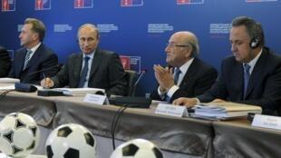 Президент FIFA Йозеф Блаттер (второй справа) на совещании с Игорем Шуваловым, Владимиром Путиным и Виталием Мутко в Москве 28/10/2014