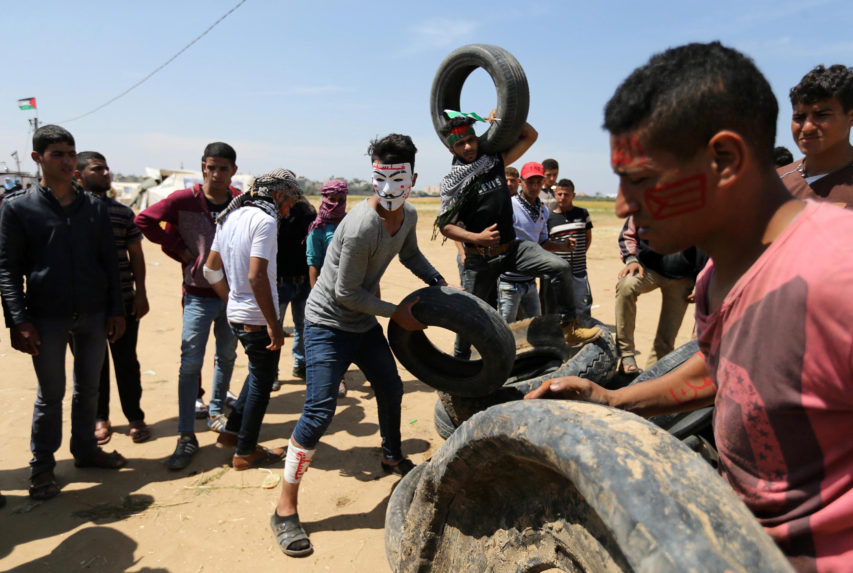 De jeunes manifestants palestiniens lundi 1er avril dans le sud de la bande de Gaza.