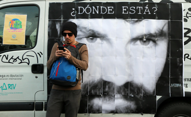 En el afiche, el retrato de Santiago Maldonado,  el activista desaparecido en la Patagonia argentina y cuyo cuerpo sería el hallado en el Río Chubut.