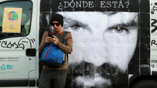 Sur l'affiche, le portrait de Santiago Maldonado, jeune militant disparu en aoüt dernier lors d'une manifestation et dont on aurait retrouvé le corps avec une carte d'identité à son nom dans la poche d'un de ses vêtements.