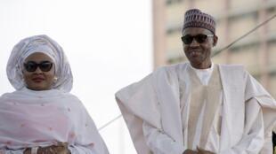 Aisha Buhari aux côtés de son mari, le président nigérian Muhammadu Buhari, en 2015.