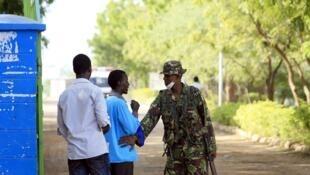 Un soldat kenyan garde l'entrée du campus de Garissa, le 3 avril.