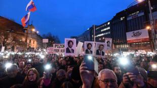 Одним из требований протестующих, вышедших на манифестации по всей Словакии,  была отставка правительства Роберта Фицо и серьезное расследование гибели Куцьяка.