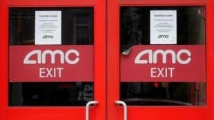 À New York, le 29 avril 2020, les portes fermées d'une salle de cinéma AMC, le leader américain des salles de cinéma.