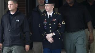 Bradley Manning é escoltado à corte marcial de Maryland, nos Estados Unidos, em foto desta terça-feira, 20 de agosto de 2013.