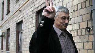 Олег Орлов у здания суда. Москва 14/06/2011