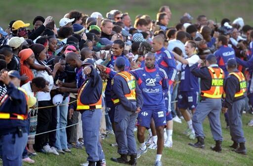 Les joueurs de l'équipe de France ont privilégié la séance d'autographe à la celle de d'entraînement, au stade de Knysna, le 20 juin 2010.