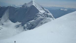 Depois de retirar gelo da montanha de Dôme, na França, a equipe do RD foi até a monhatanha branca de Illimani, perto de de La Paz
