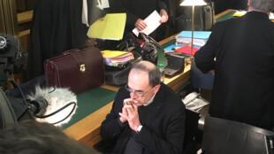 Le Cardinal Philippe Barbarin, archevêque de Lyon entouré de ses avocats.