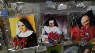 Lembranças de Irmã Dulce estão à venda nas lojas do Vaticano.