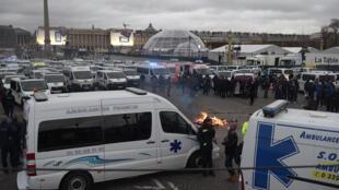 Des ambulanciers manifestent près de l'Assemblée nationale contre la réforme des transports sanitaires avec en ligne de mire l'article 80.