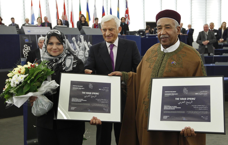 Лауреаты Сахаровской премии-2011, египтянка Асмаа Махфуз и ливиец Ахмед ас-Сануси с президентом Европарламента Ежи Бузеком