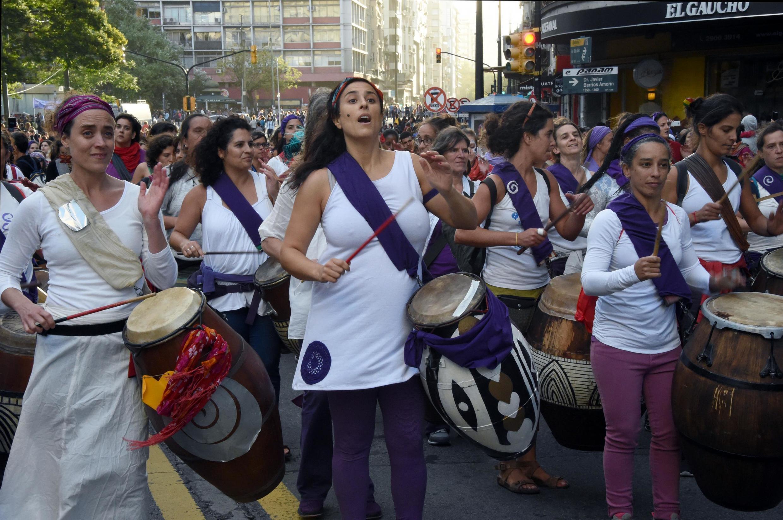Mulheres usam o violeta para lutar pelos direitos femininos pelo mundo.