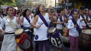 Le foulard violet est régulièrement utilisé comme symbole de lutte pour les droits des femmes en Uruguay. Ici, lors de l'édition 2019 de la marche pour les droits des femmes.