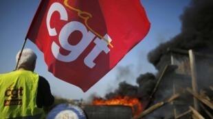 图为法国总工会罢工在南特附近与警方对峙
