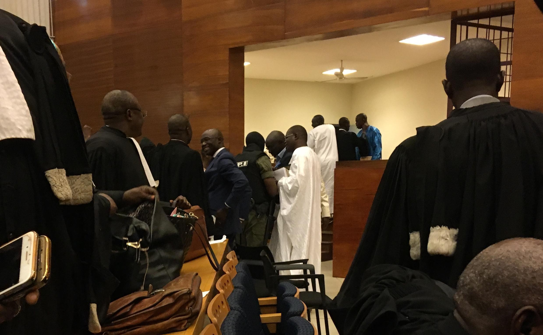 (Photo d'illustration) Khalifa Sall s'entretient avec ses avocats et les gardiens de la prison, à la sortie de l'audience du 7 février 2018.