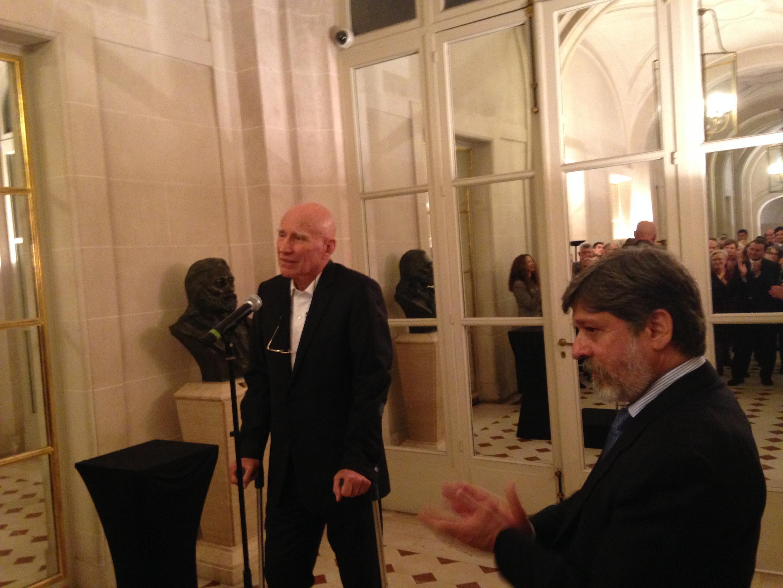 O fotógrafo Sebastião Salgado (e) ao lado do embaixador brasileiro na França, Paulo de Oliveira Campos, durante a homenagem em Paris.