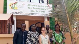 Devant le siège de l'ANCS à Dakar au Sénégal : Diadji Diouf, Magatte Mbodj, Caroline Paré, Pr Cheikh Tidiane Ndour et le Dr Safiatou Thiam (de gauche à droite).