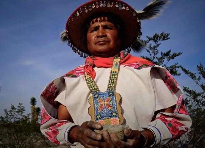 """Juan José Ramírez y su familia son los protagonistas de """"Huicholes, los últimos guardianes del peyote""""."""