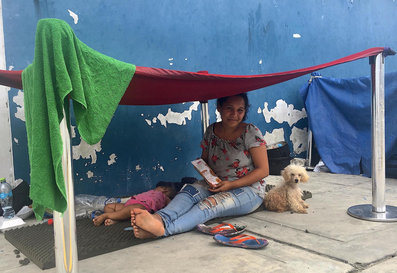 """María lleva una semana y media en el CEBAF, ella llegó junto a sus dos hijas, su esposo y su perrita Luna. Les han dicho que """"no pregunten más"""" por su solicitud de refugio, que aún llevan muy poco tiempo."""