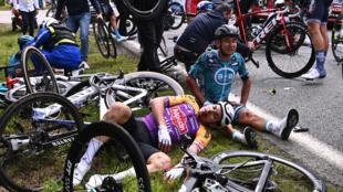 El ciclista francés Bryan Coquard del Team B&B KTM (dcha) y el del Team Alpecin Fenix, en el suelo tras una caída durante la 1ª etapa de la 108ª edición del Tour de Francia, entre Brest y Landerneau, el 26 de junio de 2021