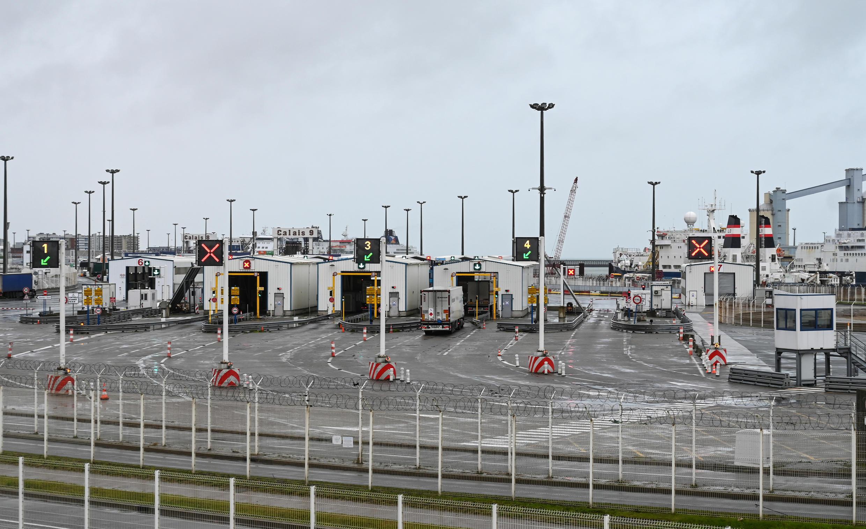 Un camión aguarda en la terminal del Eurotúnel de Calais, al noroeste de Francia, el 21 de diciembre de 2020