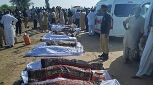 Los cuerpos de las víctimas del trágico choque de trenes ocurrido el 7 de junio de 2021 en el sur de Pakistán